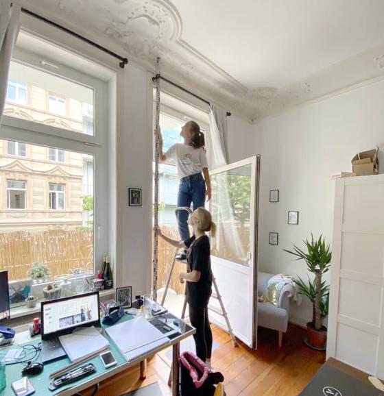 Frau Ann-Kathrin Kerner und ihre Kommilitonin Lisa-Marie Bischoff bei den Aufmaßarbeiten im eigenen Wohn- und Arbeitszimmer