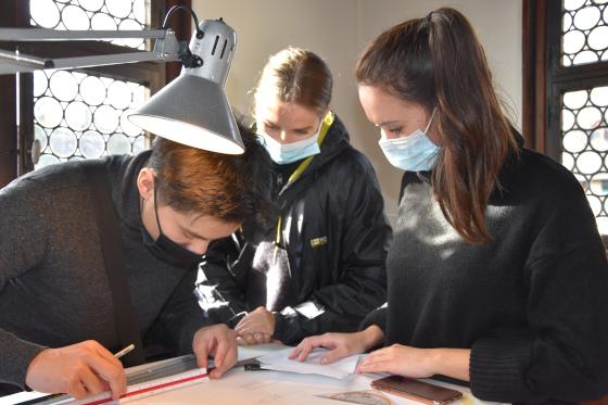 Ramona Wierzejewski,  Martina Williams und Michel Scherschel vermessen und zeichen Teile des Standerkers am Stockheimer Hof