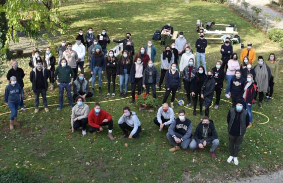 Maskierte Studierenden und Betreuer auf dem Gruppenfoto des Wintersemesters 2020/21